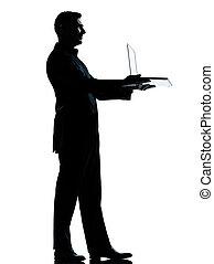 debout, entiers, silhouette, business, calculer, ordinateur portable, isolé, une, longueur, informatique, studio, fond, caucasien blanc, homme