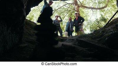 debout, entrée, groupe, caverne, forêt, amis, explorateurs, heureux