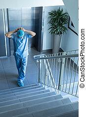 debout, escalier, chirurgien, chirurgical, quoique, mâle, masque, porter