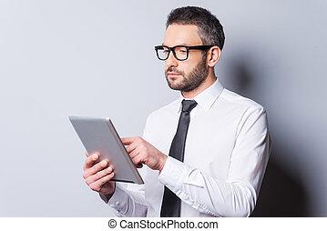 debout, examiner, sien, chemise, fonctionnement, tablet., marque, tablette, gris, contre, confiant, quoique, mûrir, fond, numérique, cravate, nouvel homme