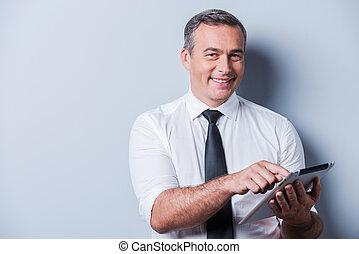 debout, examiner, sien, chemise, fonctionnement, tablet., marque, tablette, gris, nouveau, mûrir, confiant, quoique, contre, fond, numérique, cravate, homme souriant