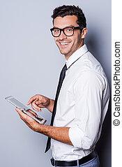 debout, examiner, sien, chemise, fonctionnement, tablet., marque, tablette, jeune, nouveau, gris, quoique, vue, contre, fond, numérique, cravate, homme souriant, côté, beau