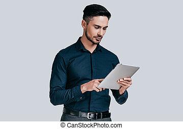 debout, examiner, sien, chemise, fonctionnement, tablet., tablette, jeune, contre, gris, quoique, fond, numérique, sérieux, homme