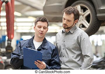 debout, expliquer, tenue, auto, confiant, quoique, presse-papiers, quelque chose, mécanicien, voiture, client, customer.