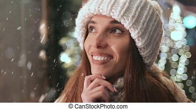 debout, extérieur, achats, hiver, fenêtre, girl