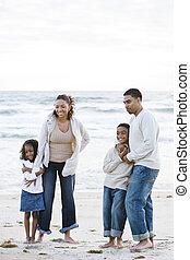 debout, famille, african-american, ensemble, plage, heureux