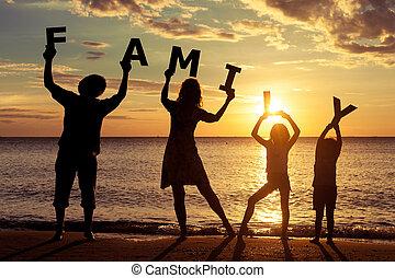 debout, famille, time., plage coucher soleil, heureux