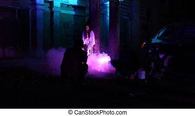 debout, femme, abandonnés, maison, maquillage, halloween, mort, sombre, mariée, voiture, robe blanche