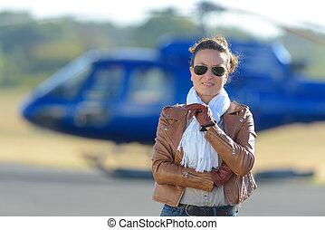 debout, femme affaires, hélicoptère, devant