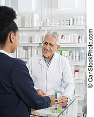 debout, femme affaires, regarder, pharmacien, pharmacie