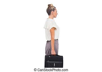 debout, femme affaires, vue, serviette, côté