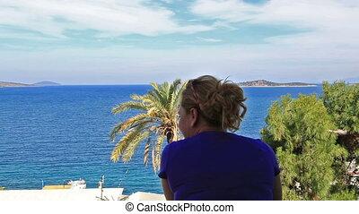 debout, femme, balcon, vue mer
