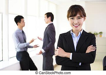 debout, femme, bureau, business, jeune, sourire