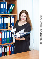 debout, femme, bureau, documents affaires, séduisant, mains, dossier