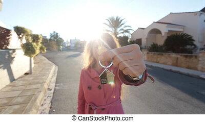debout, femme, clés, house., jeune, contre, quoique, extérieur, tenue, nouveau