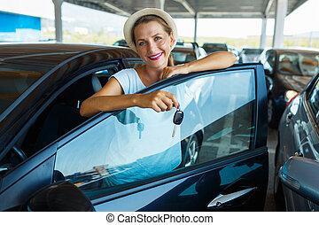 debout, femme, clés, voiture, concept, -, main, utilisé,...