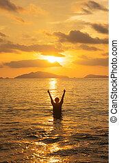 debout, femme, coucher soleil, mer