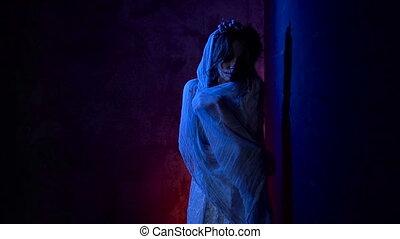 debout, femme, elle., crâne, habillé, image, jeune, mort, wall., sombre, carnaval, derrière, déguisement, fond, maquillage, girl, créatif, blanc