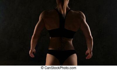 debout, femme, elle, crise, body., dos, musculaire, sports, appareil-photo., vers, soutien gorge, femme, fitness, vue postérieure