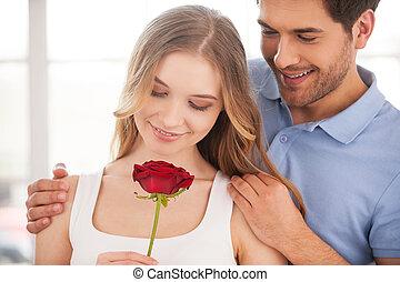 debout, femme, elle, rose, couple, couple., jeune, gai, quoique, autre, tenue, chaque, fin, main, rouges, aimer