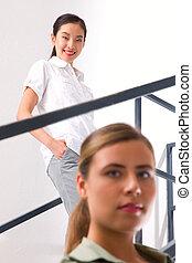debout, femme, escalier, jeune, asiatique, sourire