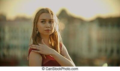 debout, femme, inspiré, jeune, toit, appareil photo, poser, coucher soleil, robe, rouges
