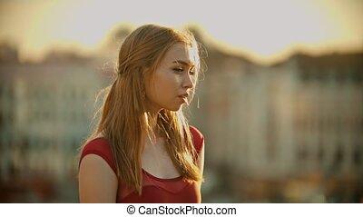 debout, femme, inspiré, jeune, toit, clair, coucher soleil, robe, rouges