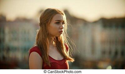 debout, femme, inspiré, jeune, toit, coucher soleil, robe, rouges