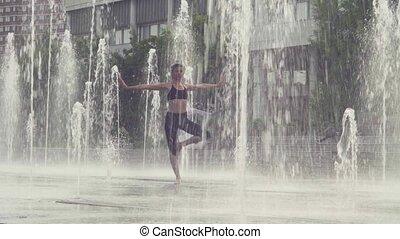 debout, femme, intérieur, arbre, jeune, fontaine, position