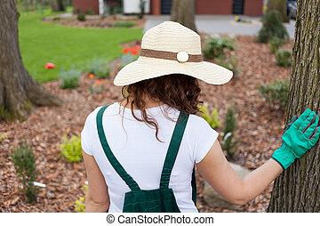 debout, femme, jardin, elle
