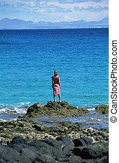 debout, femme, jeune regarder, rochers, mer, dehors