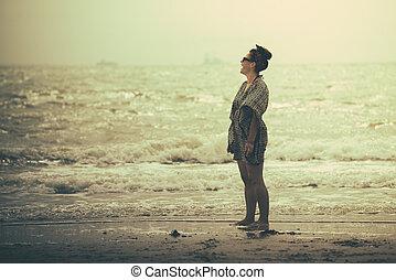 debout, femme, joie, merveilleux, coucher soleil, rire, plage, avoir