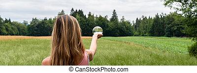 debout, femme, nature, boule quartz, tenue