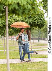 debout, femme, parapluie, couple, vue, arbre, foyer, jeune, park., sous, brouillé, huging, homme