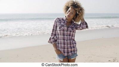 debout, femme, plage, jeune, désinvolte