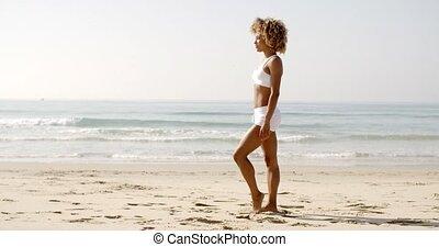 debout, femme, plage, jeune, fitness