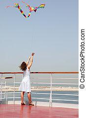 debout, femme, pont, cerf volant, jeune, multicolore, brunette, paquebot, jouer