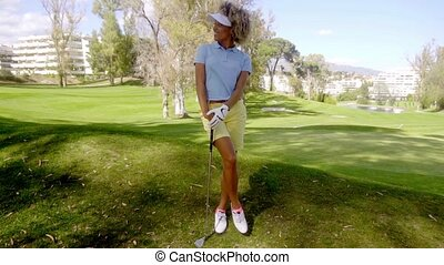 debout, femme, regarder, jeune, séduisant, golfeur