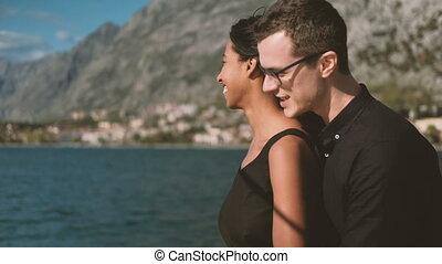 debout, femme, ship., pont, conversation, homme souriant
