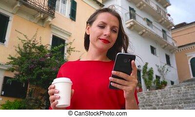debout, femme, smartphone, conversation, quoique, occupé, dehors, escalier