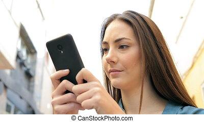 debout, femme, texting, téléphone, rue, sérieux