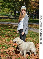 debout, feuilles automne, chien, girl