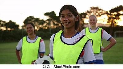 debout, football, femme, joueur, field., 4k