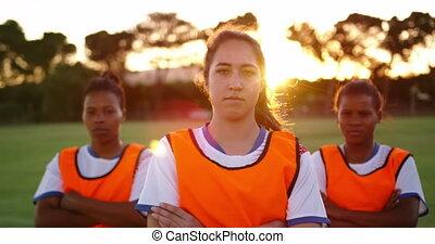 debout, football, femme, traversé, field., bras, 4k, joueurs