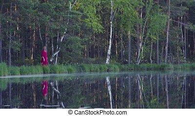 debout, forêt, femme, jeune, lac