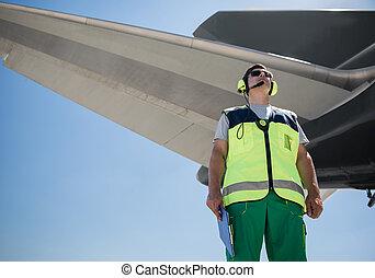 debout, géant, maniement, membre équipage, aile avion, terrestre