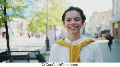 debout, garçon, appareil photo, regarder, rue, seul, portrait, sourire, beau