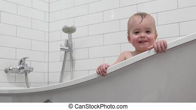 debout, garçon, bébé, maison, baignoire, gosse