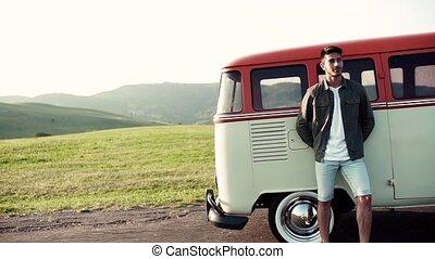 debout, garçon, campagne, jeune, roadtrip, par, minivan., heureux