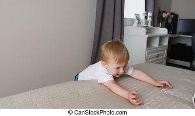debout, garçon, devant, lit, leur, parents, parents', amusement, avoir